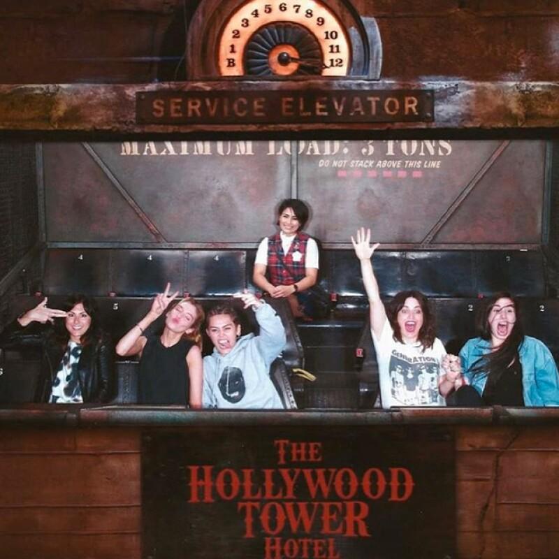 """Miley y Stella en el juego """"Hollywood Hotel Ride"""""""
