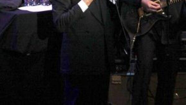 En su sexta década, el intérprete de De Niña a Mujer, y padre de Enrique Iglesias, recibirá a un miembro más dentro de su familia.