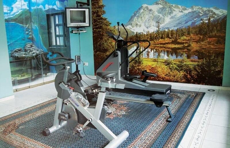 Cada mañana, antes de empezar su día laboral, el prelado le dedica varios minutos al ejercicio en el gimnasio de la casa.
