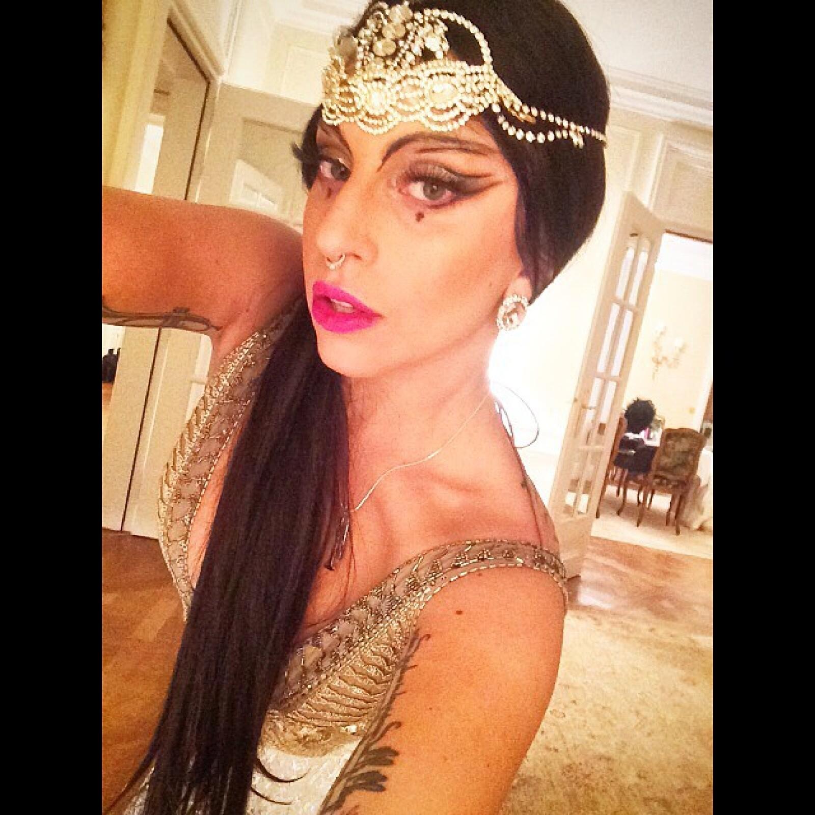 La estrella pop Lady Gaga se vistió como princesa, un disfraz algo recatado en comparación a las extravagancias a la que normalmente usa.