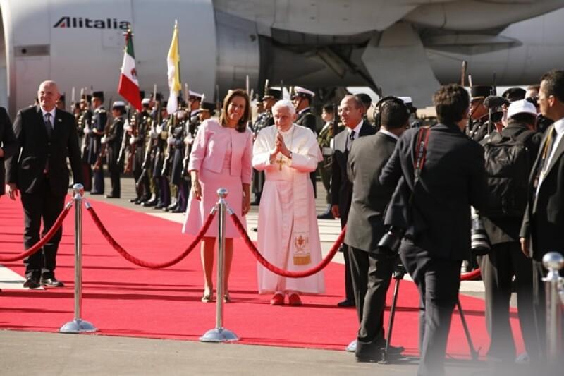 Benedicto XVI fue recibido por el entonces presidente de México, Felipe Calderón, y su esposa Margarita Zavala durante su visita a nuestro país,donde visitó León, Guanajuato y Silao;jamás visitó la Ciudad de México.