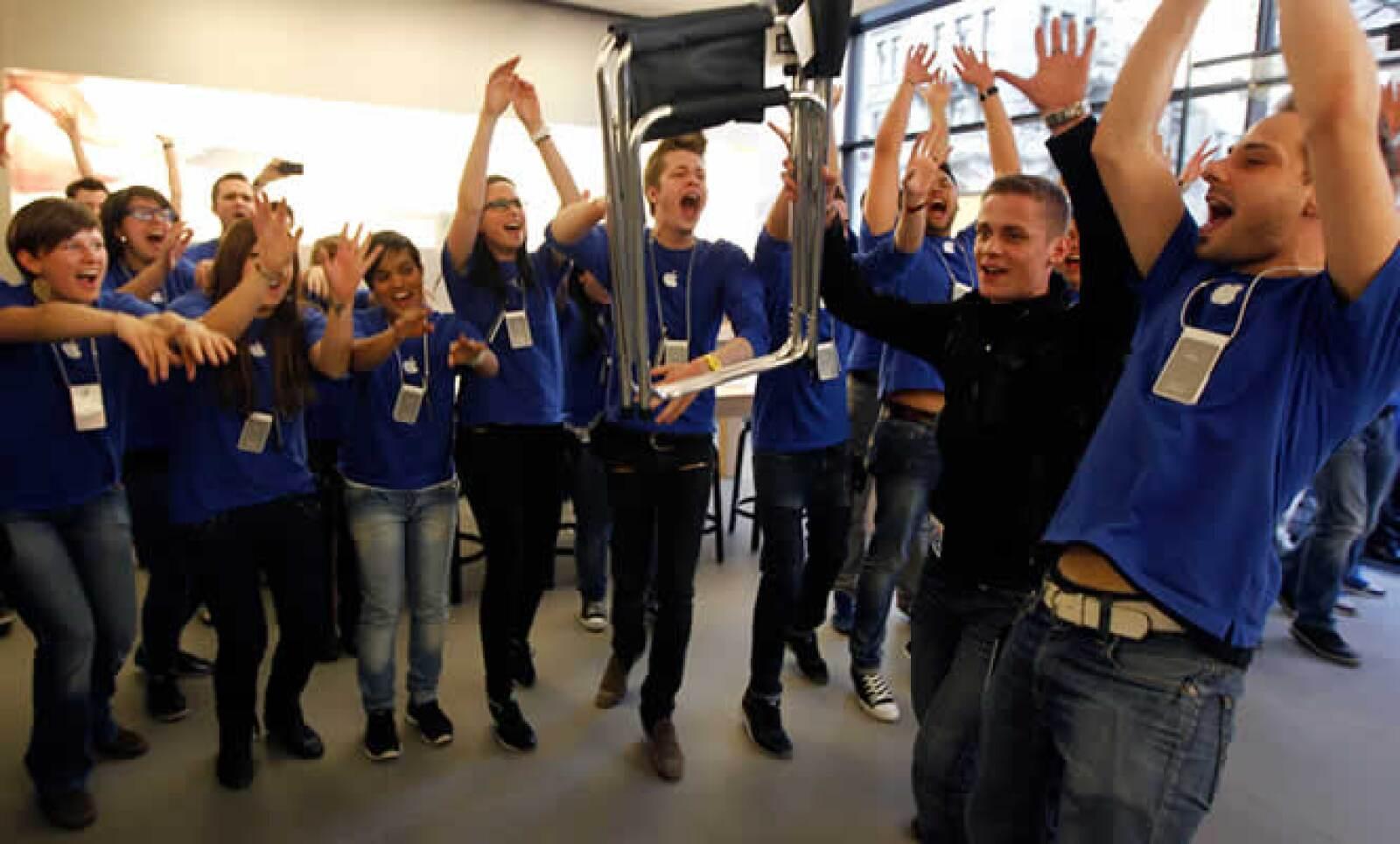 En la tienda de Zurich recibieron con aplausos al primer consumidor.