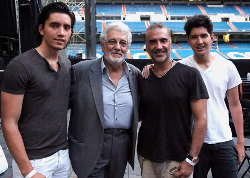 Ahora que se encuentran en España, Alejandro Fernández y sus hijos Alejandro y Emiliano, no han perdido la oportunidad de ver un partido de fútbol de la Eurocopa.