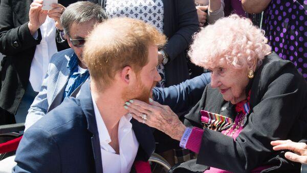 Seguidora besa por tercera vez al príncipe Harry