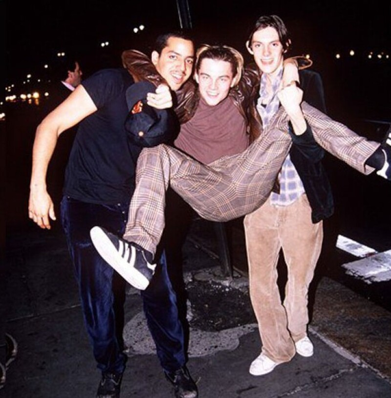 """Los años 90 tuvieron su propio Bieber, y pareciera que ese lugar era el de DiCaprio, quien junto a su clan de amigos, conocido como """"The Pussy Posse"""", enloquecían las calles de Nueva York."""