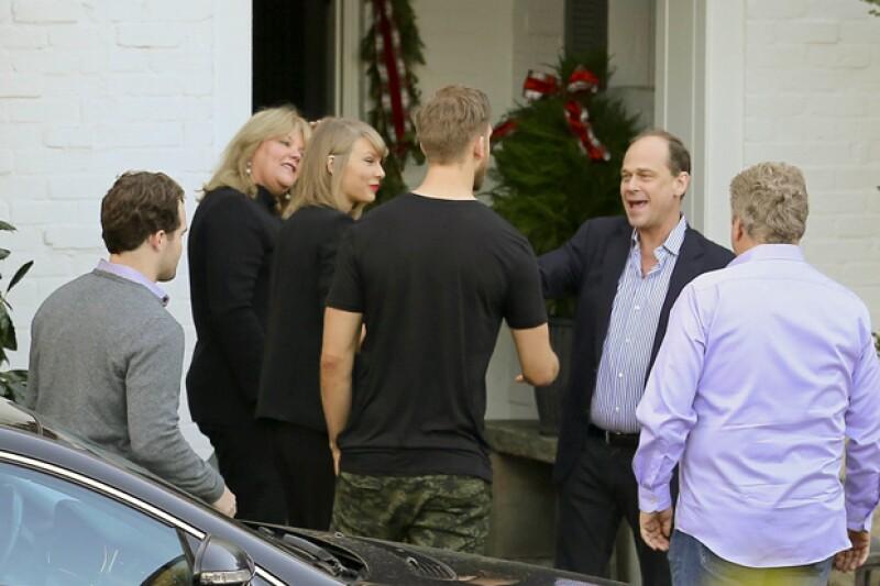 Y además de su fiesta navideña, Taylor también celebró con sus padres y por supuesto, su novio.