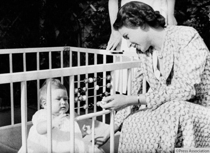 Carlos de bebé e Isabel II