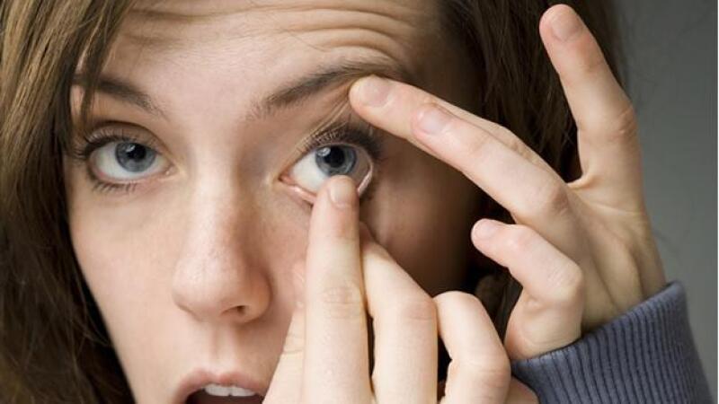85e78a63e3ce7 Tres técnicas para quitarse los lentes de contacto con seguridad