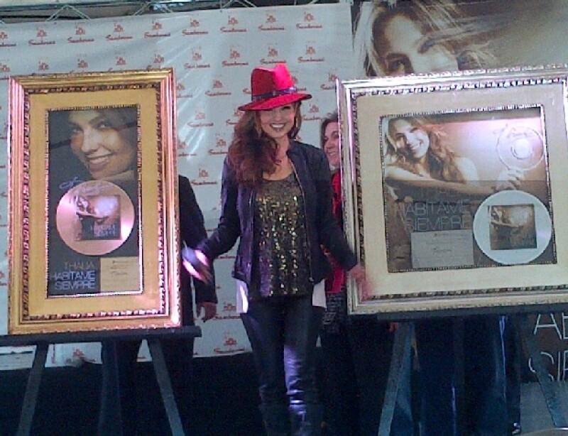 La cantante realizó una firma de autógrafos en Plaza Cuicuilco donde sus fans hicieron guardia desde las tres de la tarde del sábado.