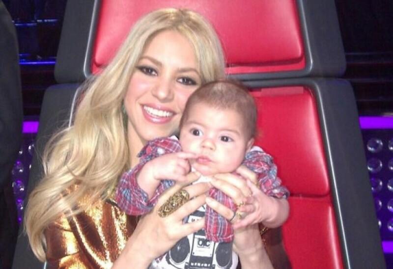 La cantante colombiana subió una foto de su pequeño bebé, donde ambos comparten la famosa silla roja.