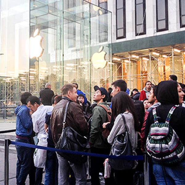 En la tienda Apple de Nueva York los fanáticos hicieron fila desde que la firma presentó oficialmente los equipos, el 10 de septiembre pasado.