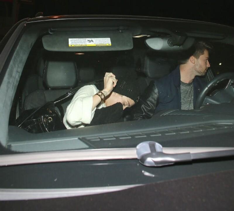 Escape sobre ruedas. La pareja trata de alejarse de los paparazzi lo más rápido posible.