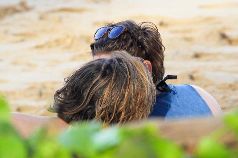 Hace unas semanas, mientras vacacionaban, la pareja dio indicios de un beso.