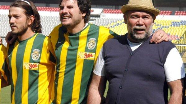 Diego Luna, Carlos Cuarón y Jesús  Ocha, quien la hizo de director técnico del equipo.