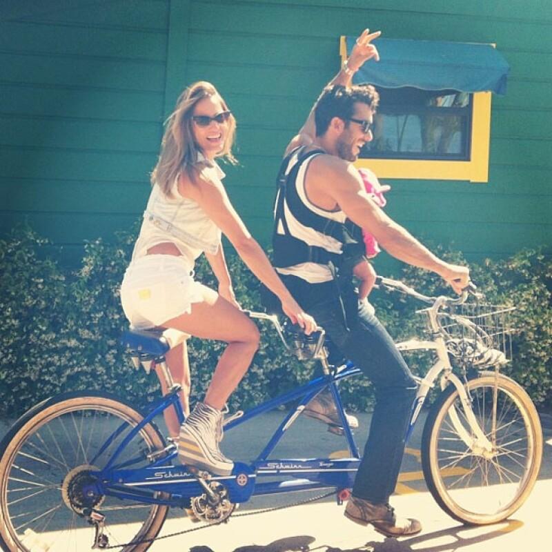 Los recién estrenados como padres no pierden el tiempo y se mantienen activos realizando múltiples actividades, ahora los vimos muy divertidos en un paseo en bicicleta con la pequeña Erin.