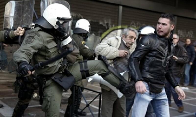 En Atenas, el enfrentamiento entre policías y manifestantes dejó varios heridos en ambos bandos. (Foto: Reuters)