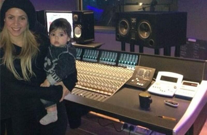 La cantante no se separa de su hijo aún mientras está en el estudio de grabación.