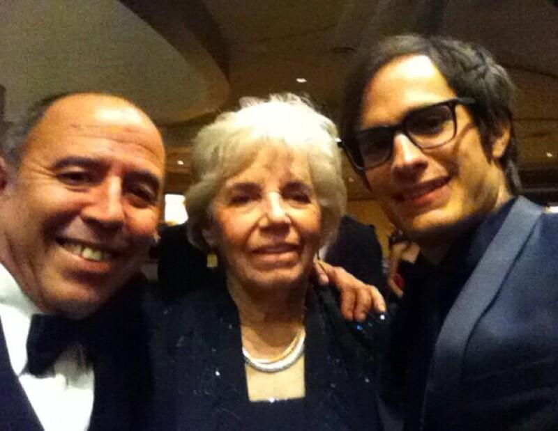 Gael García publicó esta imagen con José Antonio García, nominado al Oscar por mejor sonido, y la tituló: `Con el Tiburón y su mamá también´.