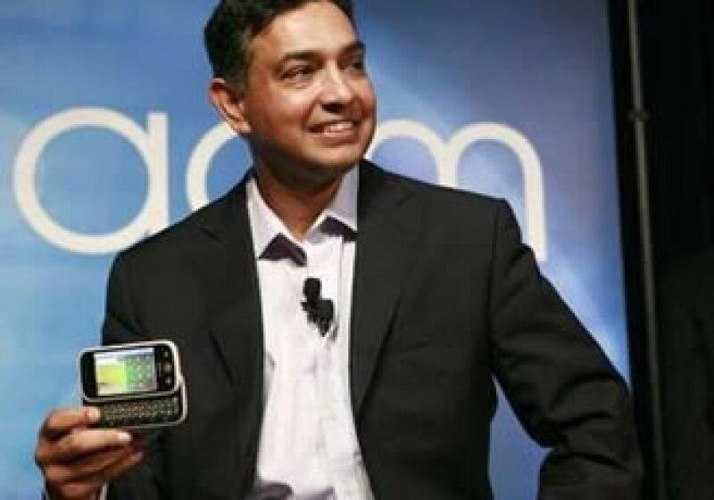 Shanjay Sha, copresidente ejecutivo de Motorola, muestra el Cliq, uno de los móviles que la firma lanzará. (Foto: Reuters)