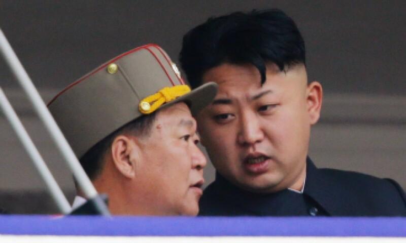 Esta foto de abril de 2015 muestra a Choe Ryong Hae hablando con Kim Jong Un. (Foto: Reuters)