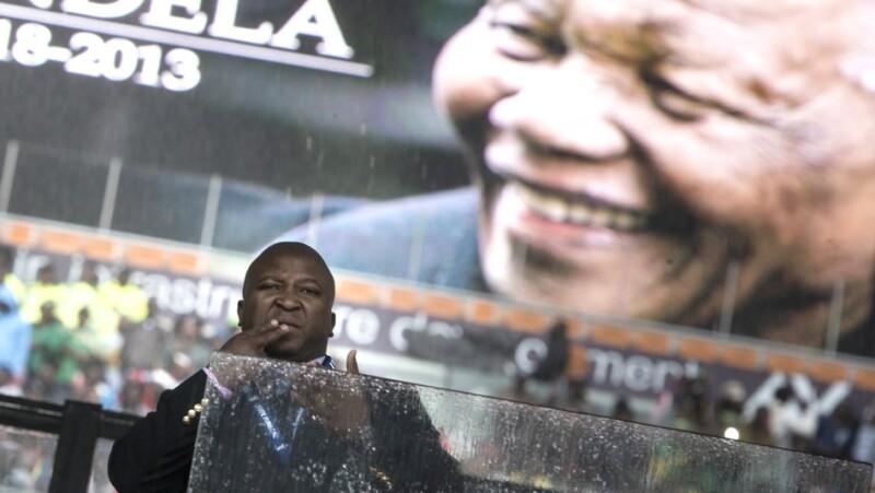 nelson mandela, sudafrica, interprete, homenaje, acusacion, lenguaje a señas