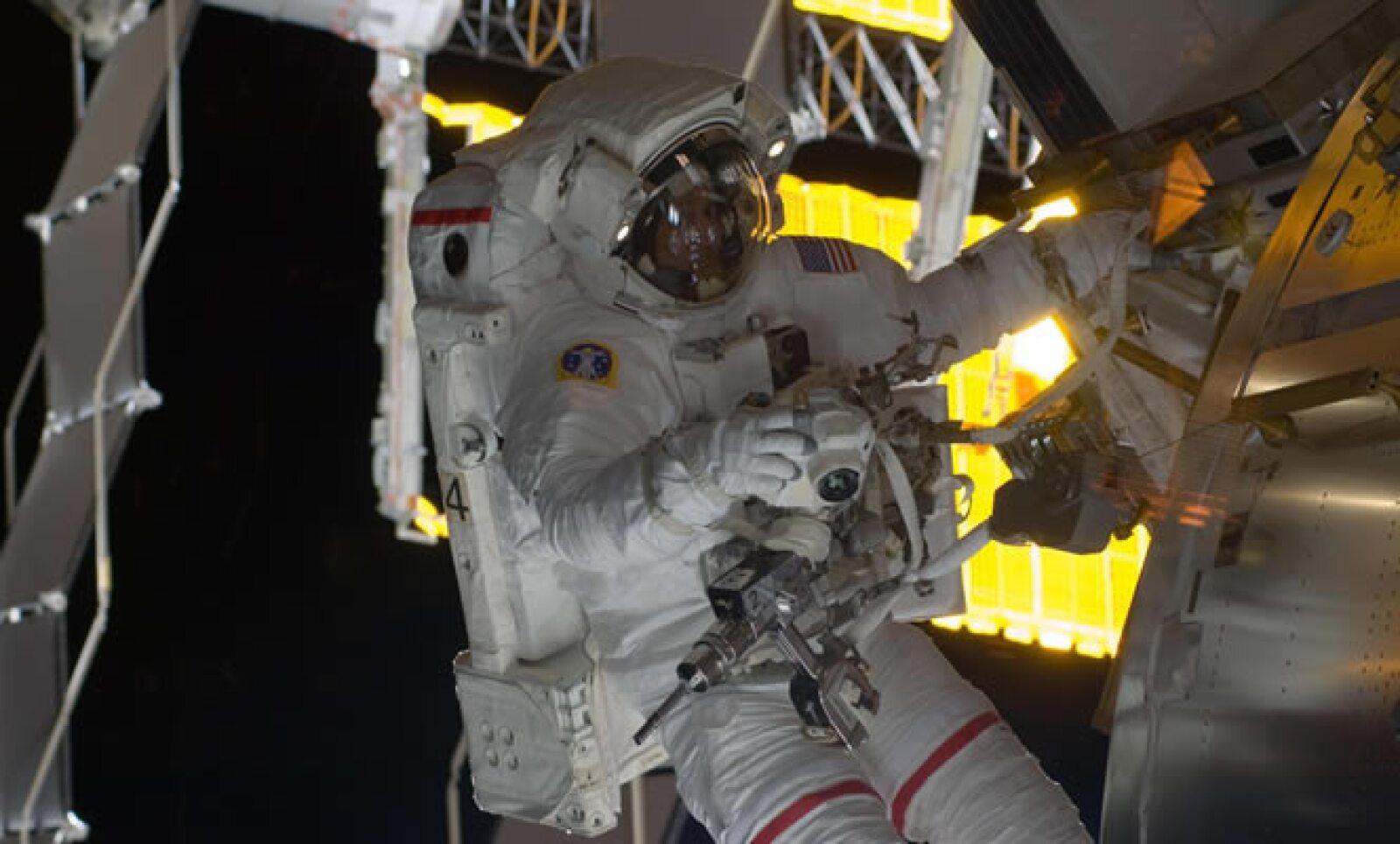 """El astronauta de origen mexicano, John """"Danny"""" Olivas empezó el miércoles con la primera de tres caminatas espaciales programadas como misión del Discovery en la construcción y reparación de la Estación Espacial Internacional."""