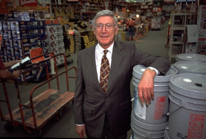 El fundador de The Home Depot mete en problemas a la firma