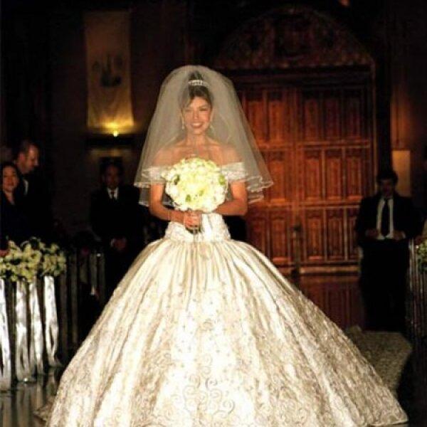 Thalía lucía como una verdadera princesa de cuento de hadas, pues su vestido blanco fue inspirado en los que usaba la emperatriz Carlota de Habsburgo.