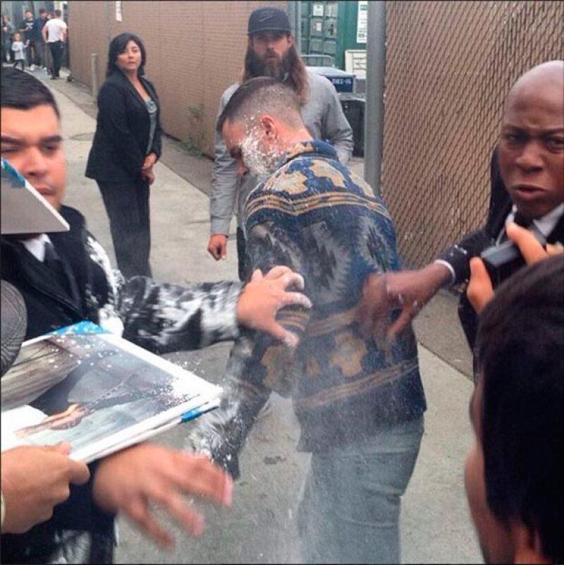 """Antes de su aparición en el programa  """"Jimmy Kimmel Live"""", el cantante fue atacado por un hombre que lanzó azúcar a su cuerpo y rostro. El incidente ya es investigado por la policía."""