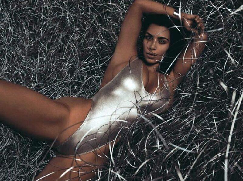 Kim para Wired Magazine en un traje de baño plateado.