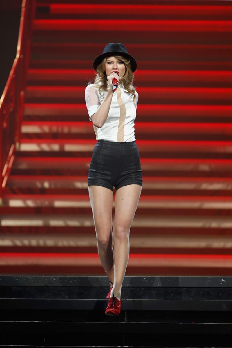 Taylor posando con sus premios la noche de los Billboard Awards en Las Vegas.