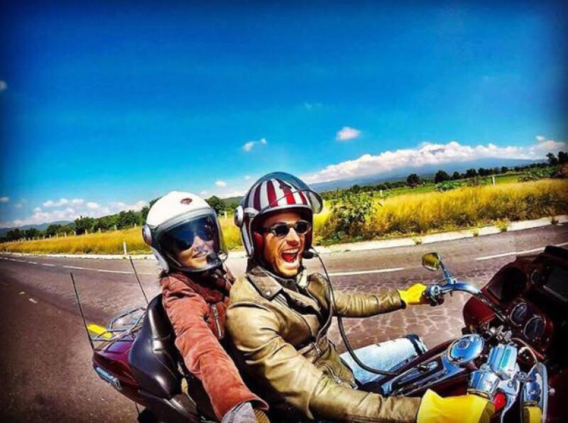 """La pareja aprovechó un break de la telenovela """"Tres Veces Ana"""" para disfrutar de un romántico paseo en moto."""