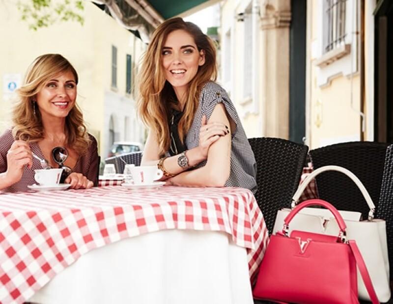 Sus fotos personales son muy populares. Aquí con su mamá en una campaña para Louis Vuitton.