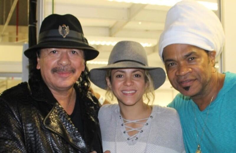 Shak acompañada del guitarrista Carlos Santana y del músico Carlinhos Brown durante los ensayos.