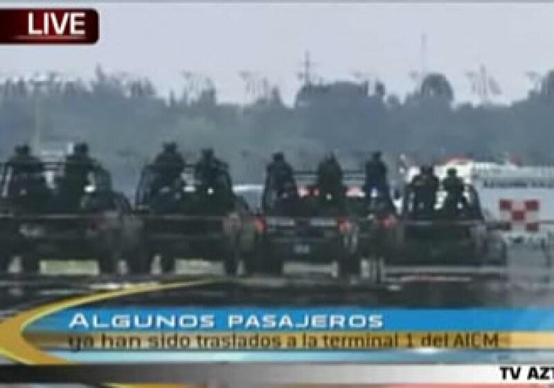 Fuerzas militares ingresaron en el aeropuerto de la Ciudad de México. (Foto: Cortesía CNN)