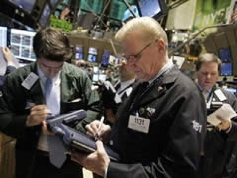 Las acciones de los bancos en EU operan con ganancias de dos dígitos a media jornada del martes. (Foto: Archivo)