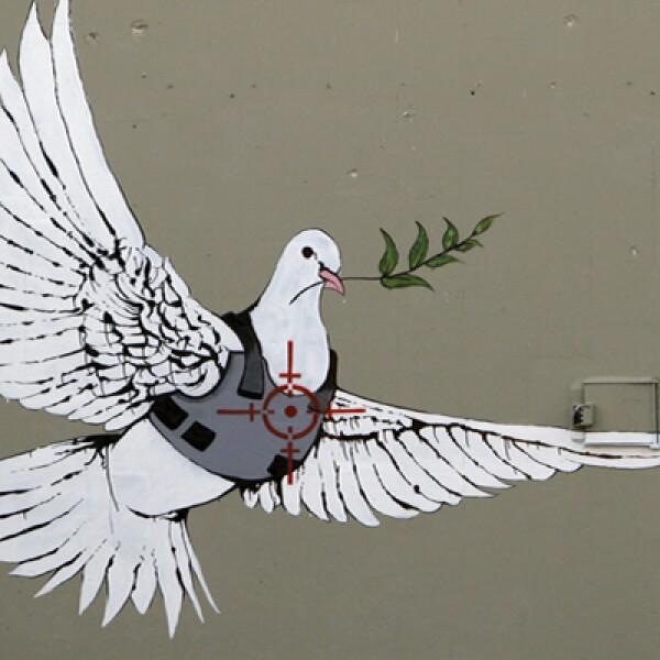 En uno de los muros que dividen el territorio palestino de Israel, Banksy colocó una paloma de la paz con chaleco antibalas.