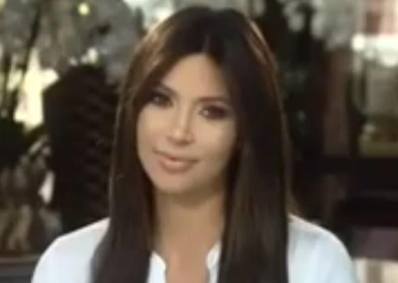 """Delgada y con actitud serena, la mediana de las Kardashian salta nuevamente a la escena en un video sorpresa dedicado a su mamá, felicitándola por su nuevo """"talk show""""."""