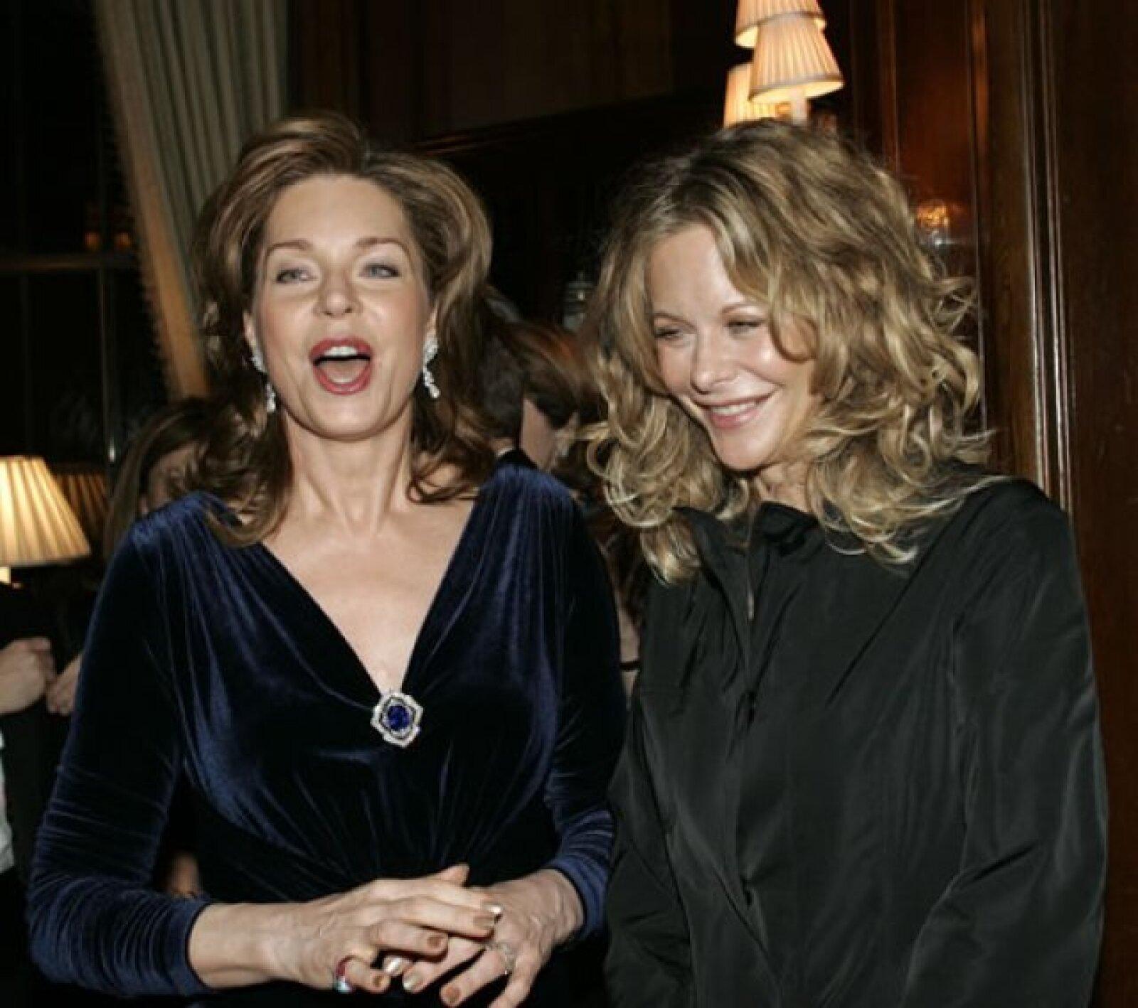 La reina Noor de Jordania con la actriz Meg Ryan en el 2005 durante una cena organizada por la fundación Rey Hussein en Nueva York.