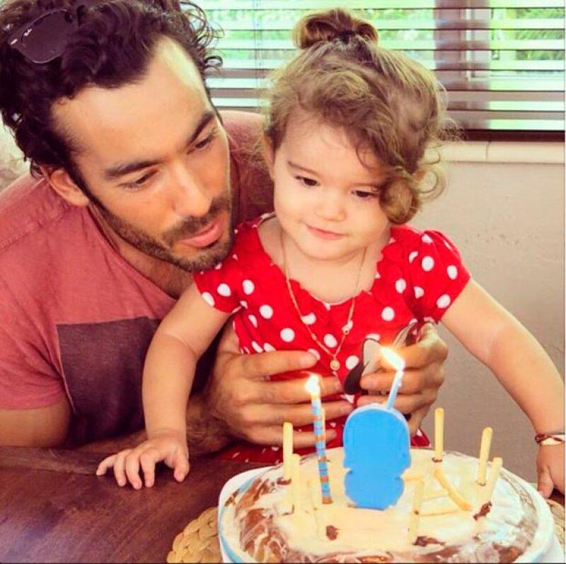 En su perfil encontramos las mejores fotos de sus momentos en familia, aqui la vemos celebrando su cumpleaños numero 2.
