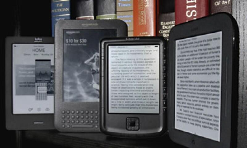 El Kindle de Amazon es más ligero que la iPad, pero la tablet de Apple tiene un navegador y otros servicios. (Foto: AP)