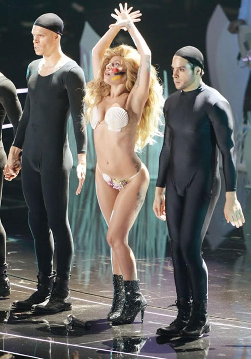 Gaga sosprendió con su espectáculo, en el que fue descubriéndose poco a poco.
