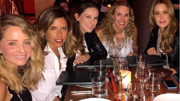 Girls just wanna have fun! Las grandes amigas se reunieron a cenar y, a decir por sus fotografías, se la pasaron de maravilla.