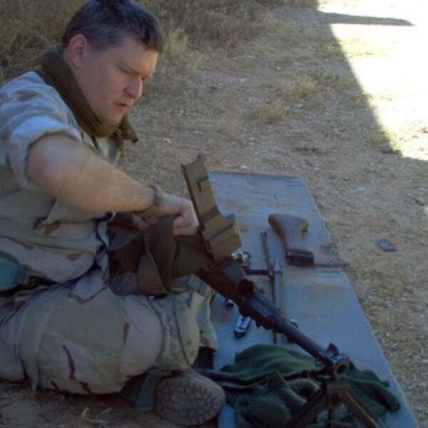 Libia - soldado de EU - limpieza de armas
