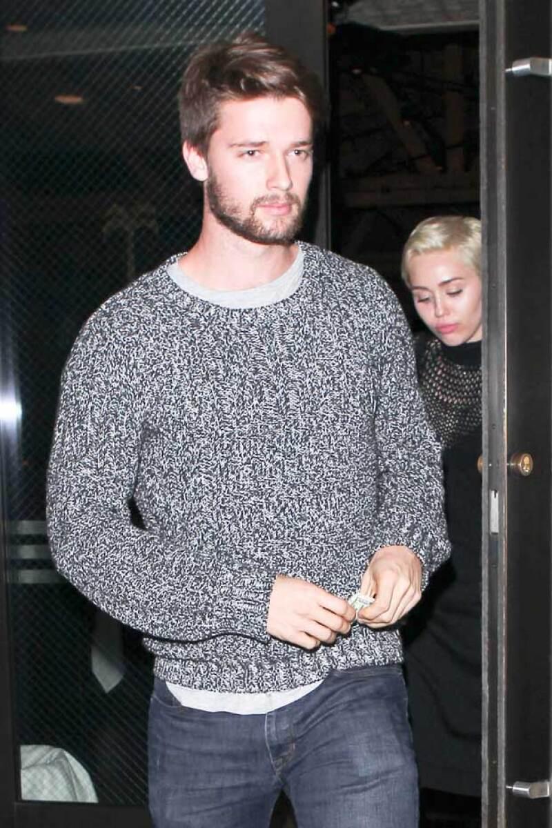 Patrick por otro lado, lucía bastante casual y relajado, aunque en el fondo sepa que su madre no está del todo de acuerdo con su relación con Miley.