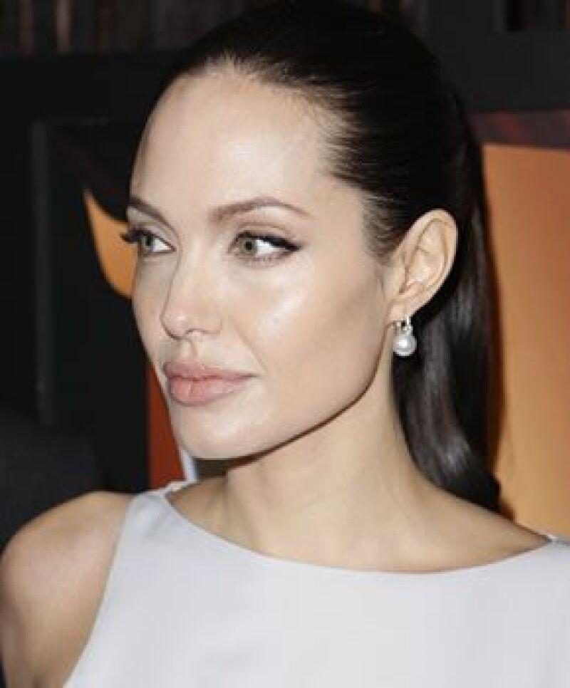 Deja de envidiar a Angelina Jolie y sigue estos trucos para unos labios llenos y saludables.