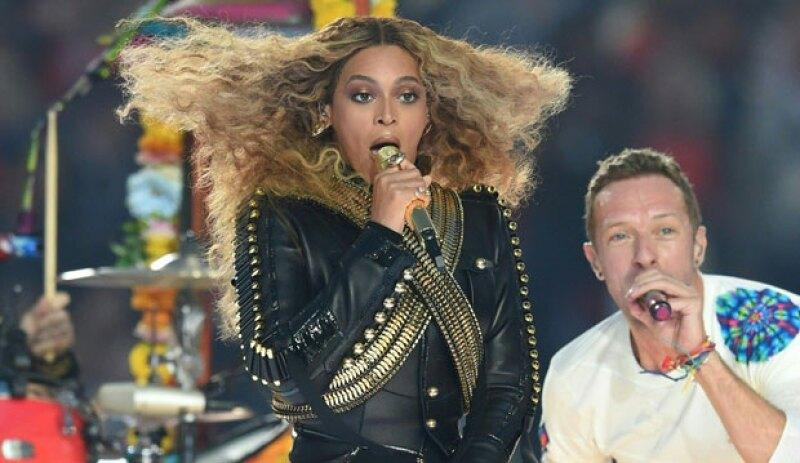 Además de lograr impresionar en el halftime show del evento deportivo, Queen B también logró impactar con su joyería y outfit en honor a Michael Jackson.