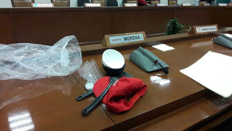 Morena acusó al PRI de entregar cucharones, salseros, servilleteros y molcajetes con motivo del 10 de mayo.
