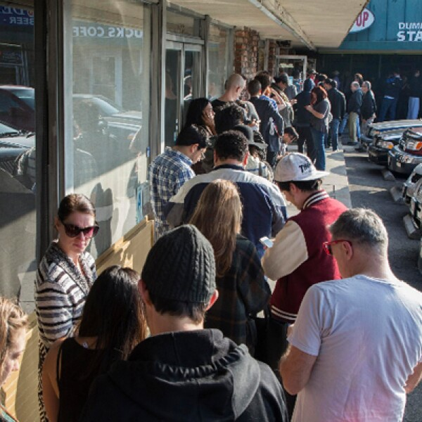 Una larga fila aprovechaba el café gratuito que ofrecía la tienda que parodia a Starbucks por su inauguración.