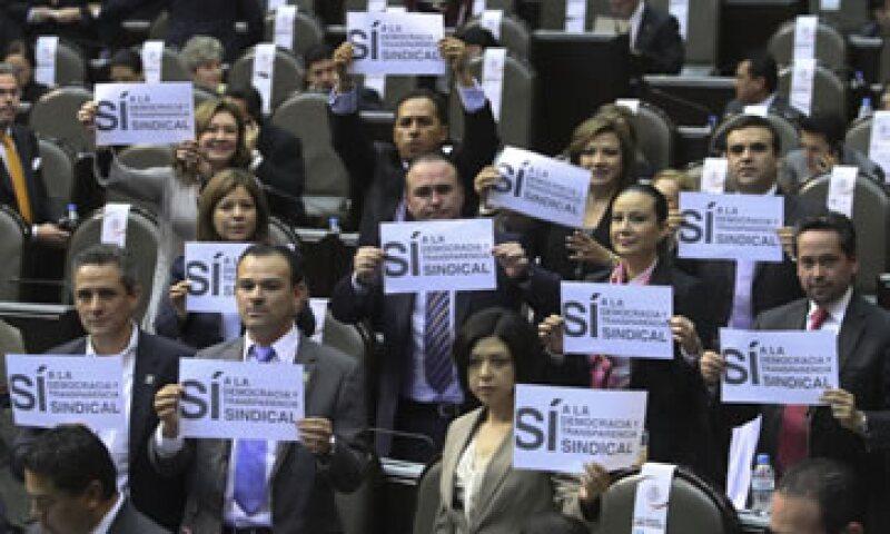 La izquierda protestó con pancartas y playeras contra el proyecto de reforma laboral. (Foto: Notimex)